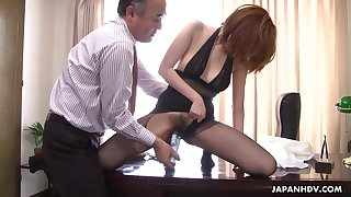 Kinky boss is toying hairy pussy of Japanese milf scrimshaw in pantyhose Yuna Hirose